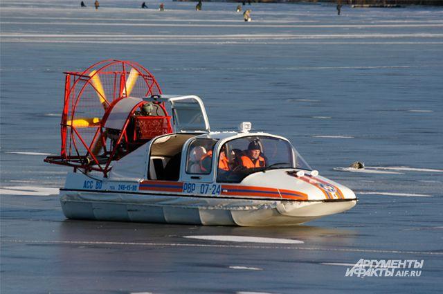 По льду можно ездить только на специальном катере.