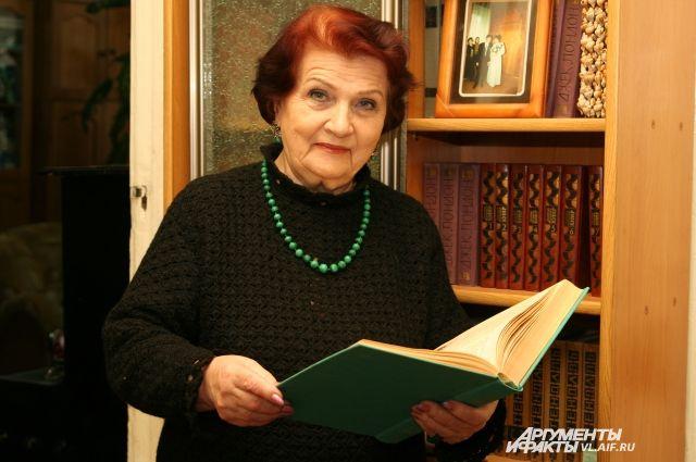 Эмма Любарская в домашнем кабинете