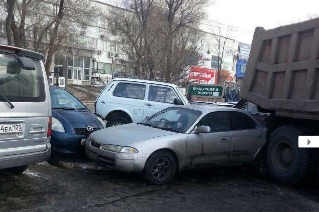 Самосвал «собрал» семь легковых автомобилей.