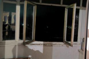 Открытое настежь окно - последнее, что видел самоубийца.
