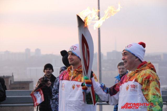 Эстафета Олимпийского огня на Золотом мосту Владивостока.
