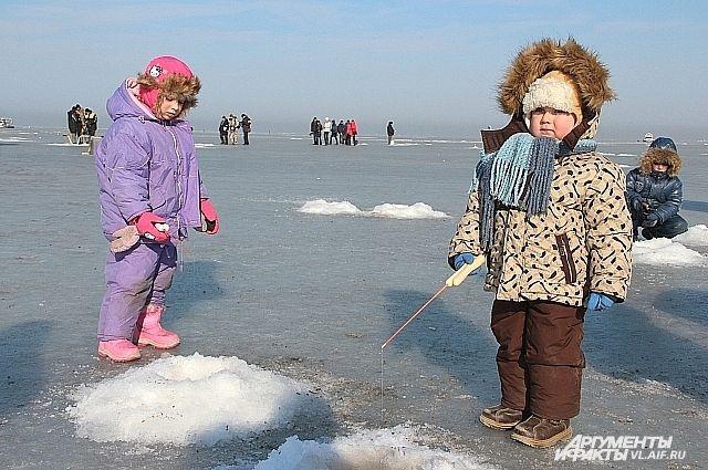 Юные рыбаки мороза не боятся.