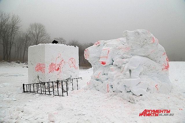 Первые «художества» уже появились на снегу.