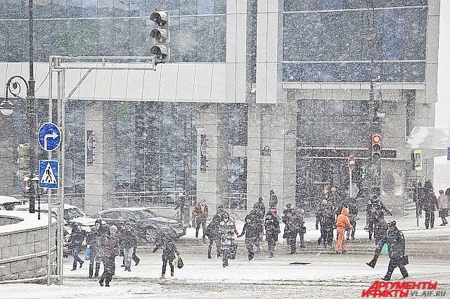 Снег во Владивостоке - это не только красиво, но и хлопотно.