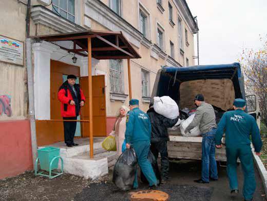 Вещи для бездомных и нищих приносили сами спасатели и пожарные
