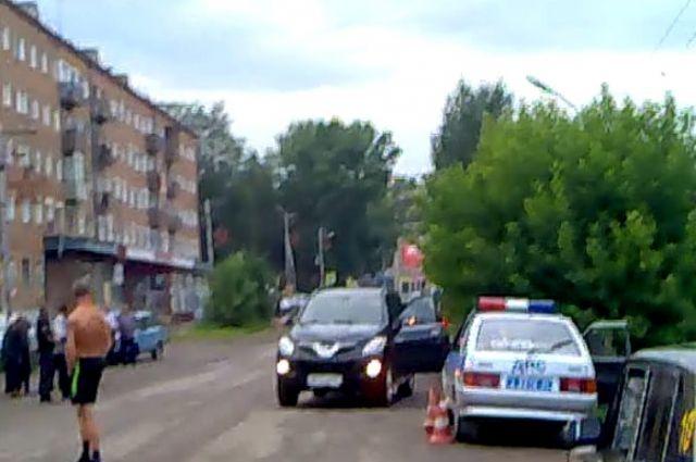 ДТП произошло в самом центре поселка. Фото очевидца.