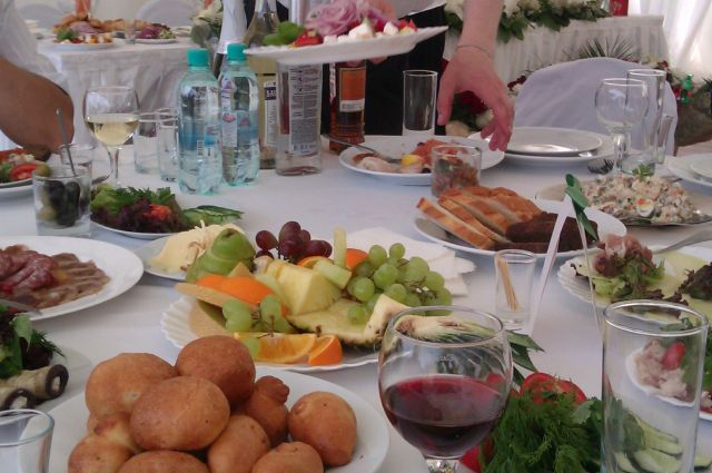 Алкоголь и калорийная пища бьют по здоровью.