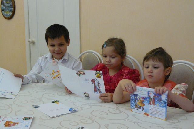 Ребятишки пишут письма Деду Морозу.