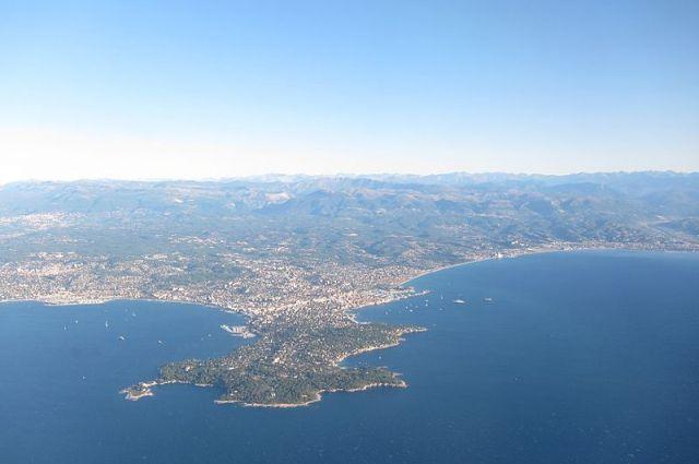Лазурный берег во Франции с высоты птичьего полёта.