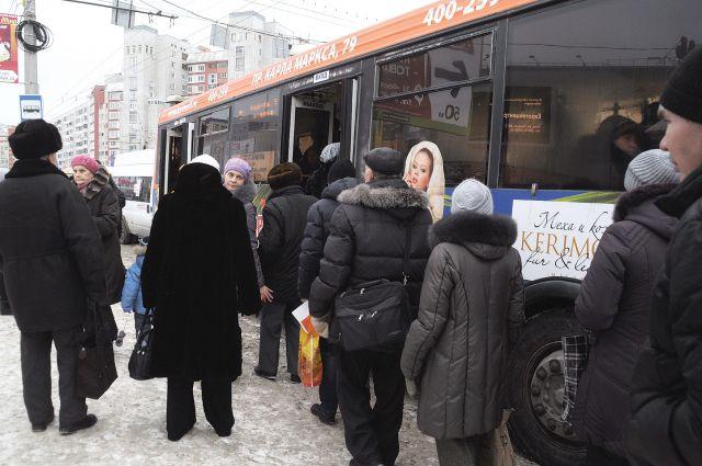 Жители района продолжают надеяться на большие автобусы.