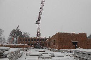 Здание новой школы в селе Белый Яр строится в рамках региональной и федеральной программ развития села.