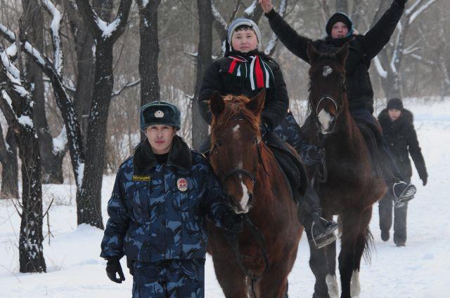 Омские кавалеристы покатали детей на служебных лошадях.