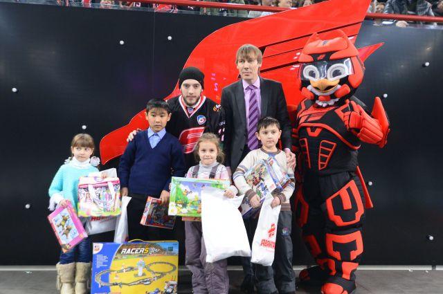Организаторы и спонсоры конкурса детского рисунка вручили победителям заслуженные призы.
