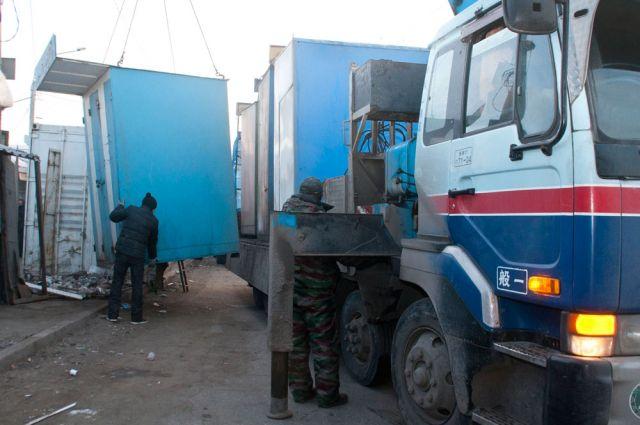Незаконные торговые павильоны вывозят с левобережной оптовки.