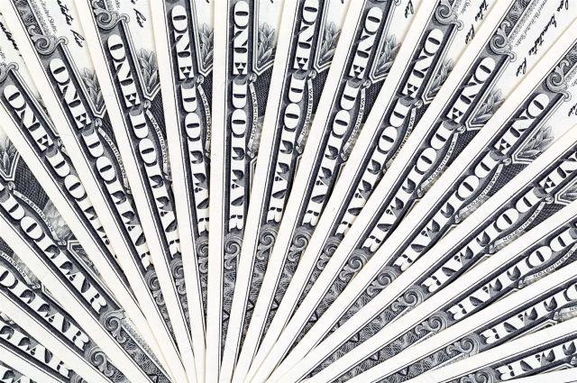 Доллары омичи покупают чаще, чем другую валюту.