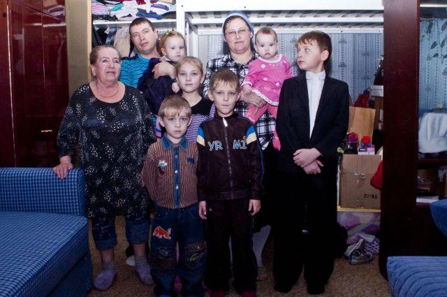 Большая семья ютится в маленькой квартире - такое положение дел в Омске не редкость.