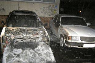 Лексус и пострадавшая от соседства с пожаром Волга.