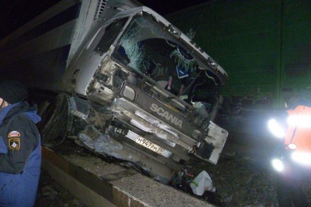 Большегруз Scania после столкновения с грузовым поездом.