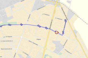Автобус маршрута №1 идет по городу.