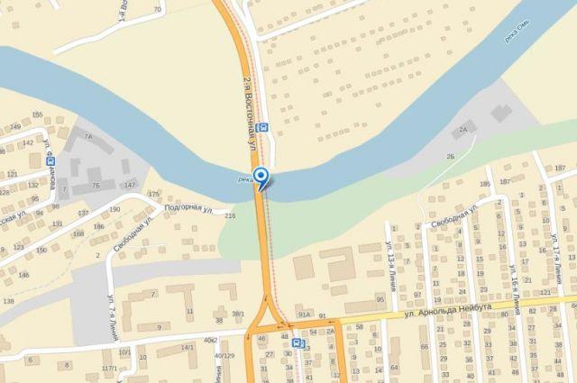 Пять автомобилей столкнулись на Октябрьском мосту Омска.