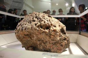 Выставляться будет небольшой фрагмент метеорита весом около 800 грамм.