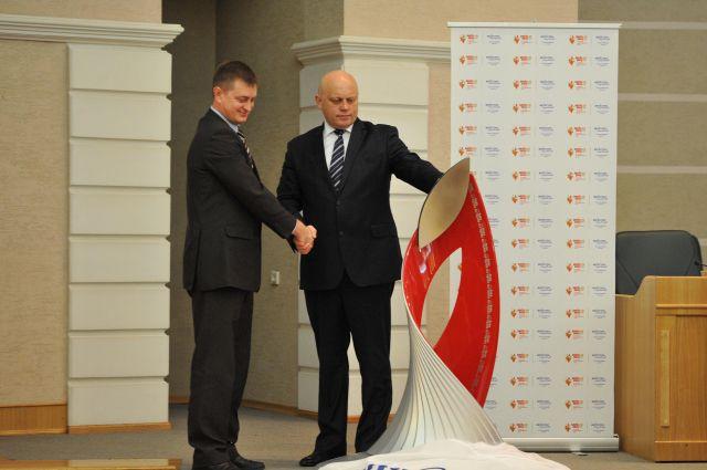 Чашу Олимпийского огня подарили Виктору Назарову перед прибытием Олимпийского огня в Омск.