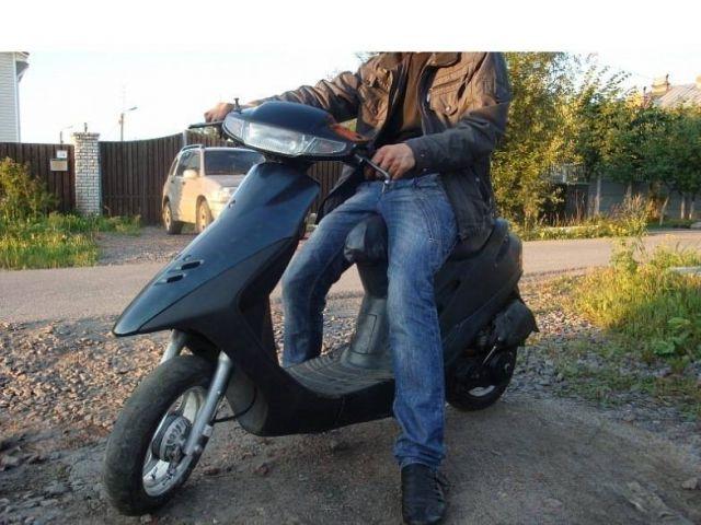 16-летний скутерист из Азова попал под колеса