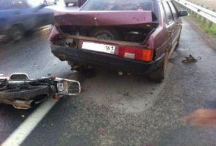 На трассе «Западный обход – Ростов-на-Дону».  17-летний подросток на скутере врезался в стоящий на обочине автомобиль.