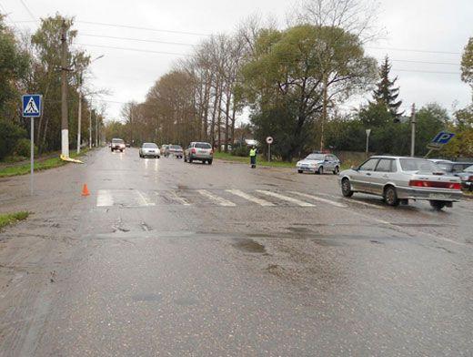 водитель неустановленного автомобиля сбил 15-летнего и 24-летнего молодых людей и скрылся с места происшествия