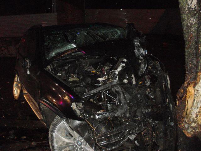 В Ростове 19-летний водитель автомобиля «БМВ Х-5» не справился с управлением и врезался в дерево.