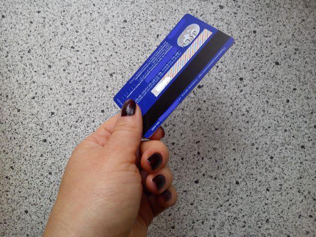 Сотрудницы «Риса» нашли в заведении банковскую карту, которую забыл один из клиентов и, не сообщив об этом в полицию, обналичили ее