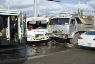 В Ростове в ДТП с участием четырёх транспортных средств пострадал водитель маршрутки