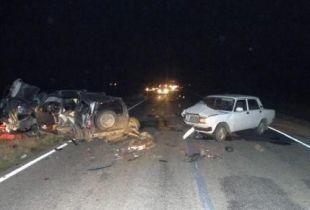 На трассе «Волгодонск-Зимовники» лоб в лоб столкнулись «ВАЗ-21104» и «Нива-Шевроле». Оба водителя погибли.