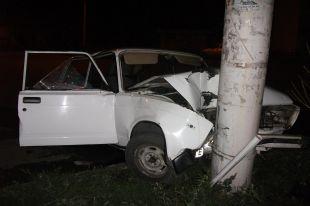 В Шахтах водитель «ВАЗ-21053» превысил скоростной режим и врезался в опору линии электропередач.