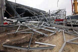 В ходе расследования уголовного дела следствием будут установлены  лица,  ответственные за соблюдение правил безопасности при строительстве здания и допустившие нарушения, которые привели к обрушению конструкций строящегося объекта.