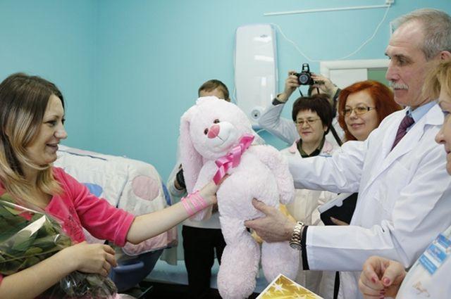 Счастливая Ольга Лукьянова принимает подарки от губернатора