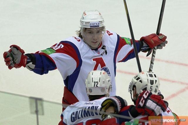 Хоккеист Сергей Плотников во время матча
