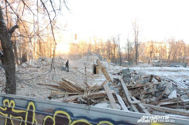 Двухэтажный дом за день превратили в развалины.
