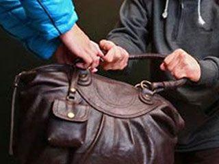 В Курске грабитель похитил у пенсионерки кнопочный телефон и 15 рублей