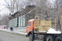 Памятник архитектуры (на фото), который больше напоминает сарай, мешает начать ремонтировать развязку.