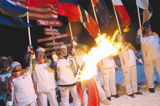 Руководитель экспедиции А. Чилингаров зажёг олимпийский огонь.