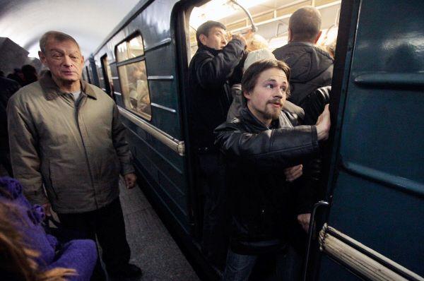 Пассажиры московского метрополитена на станции метро Тверская.