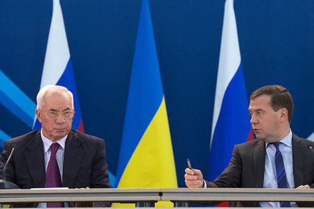 Председатель правительства России Дмитрий Медведев (справа) и премьер-министр Украины Николай Азаров.