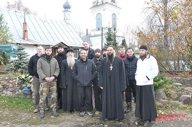 Игумен Мефодий, игумен Силуан и иеродиакон Амвросий с сотрудниками и воспитанниками Георгиевского прихода.