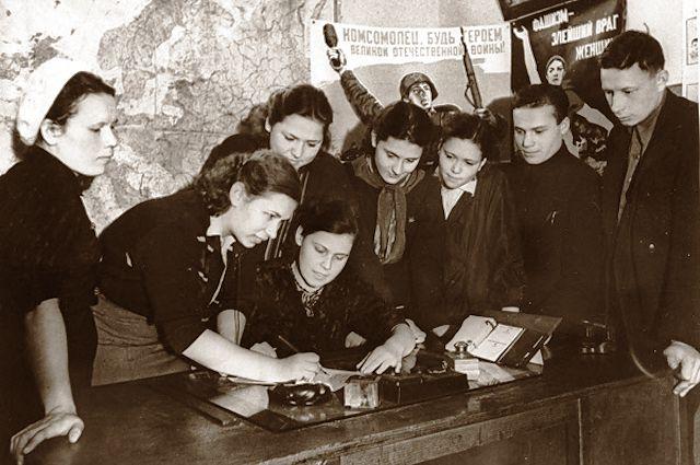 Комсомольцы сдают деньги на постройку бронепоезда для защитников Москвы, 1941 год.
