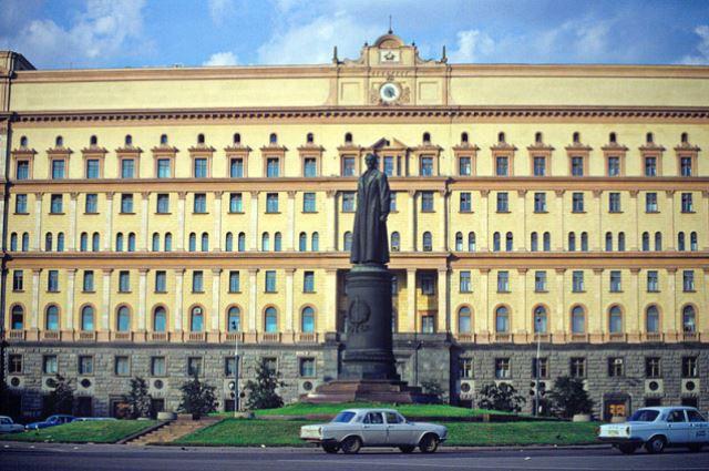 Памятник на Лубянской площади перед демонтажем 22 августа 1991 года