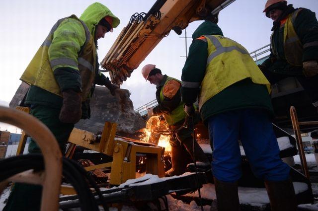 Сотрудники ремонтных служб ведут работы на месте аварии