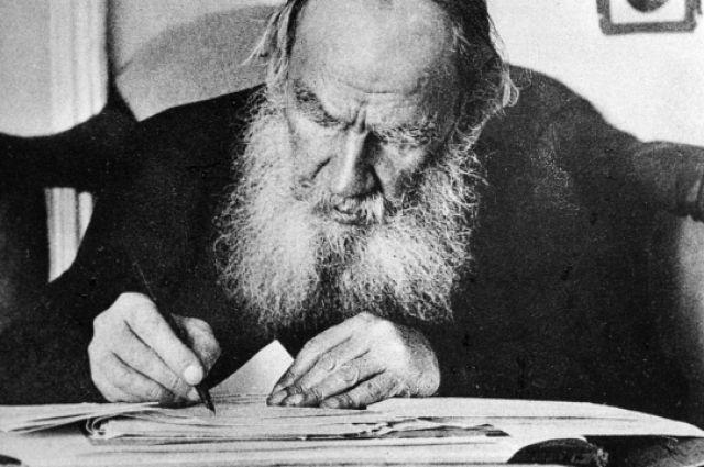 Писатель Лев Толстой в своем рабочем кабинете.