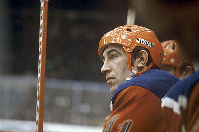 Трёхкратный олимпийский чемпион, заслуженный мастер спорта СССР, нападающий сборной хоккейной команды ЦСКА Анатолий Фирсов, 1973 год.