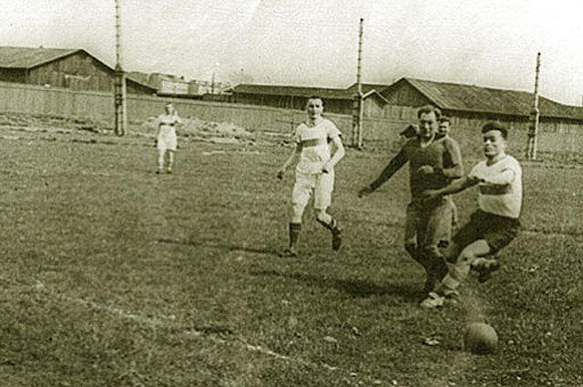 Команды ленинградского «Динамо» и ЛМЗ (Ленинградского металлического завода) в выстовочном матче в блокадном Ленинграде.